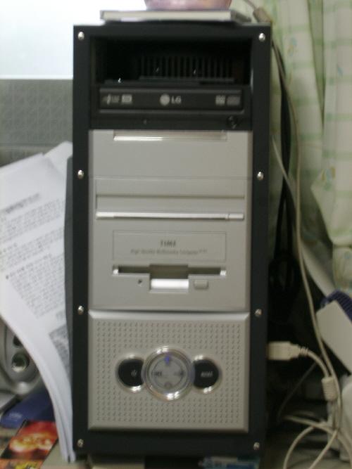 제 컴퓨터 본체입니다.